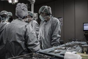 Chirurgia robotica: vantaggi e limiti
